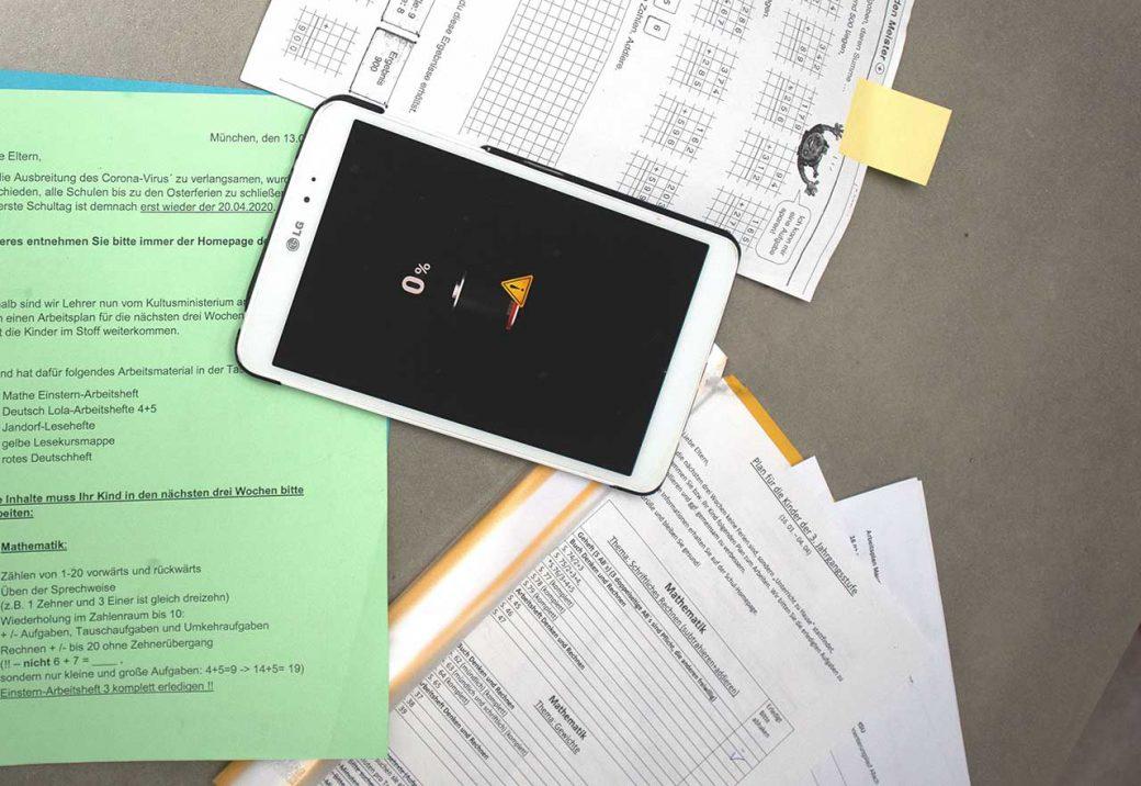 Schulsachen mit Tabletcomputer